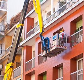Operai edili su una gru meccanica